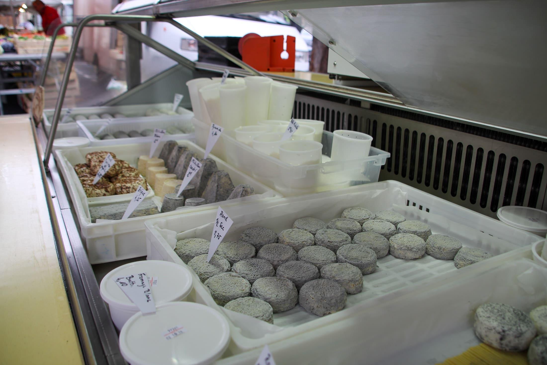 étalage marché fromage chèvre Bléré touraine gastronomie produits locaux terroir producteur fromager eleveur